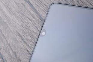 Над небольшим вырезом в экране для камеры расположен динамик
