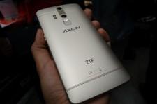 Фото телефона ZTE Axon Elite